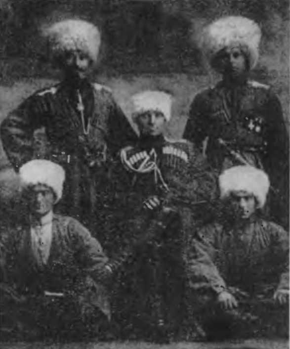 И елисеев в центре с однополчанами 1915